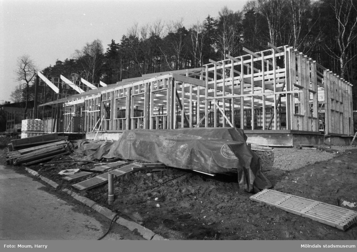 """Fågelbergskyrkan i Rävekärr, Mölndal, under byggnation, år 1984. """"Byggnationen med den nya kyrkan pågår för fullt i Rävekärr.""""  För mer information om bilden se under tilläggsinformation."""