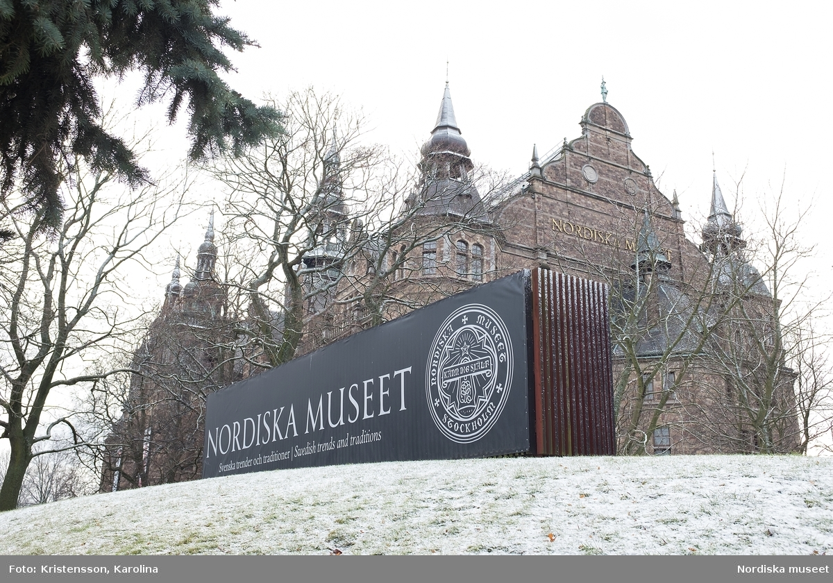 Nordiska museet med skylt i förgrunden