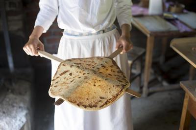 Kvinne viser frem ferdig stekt lefse. Foto/Photo