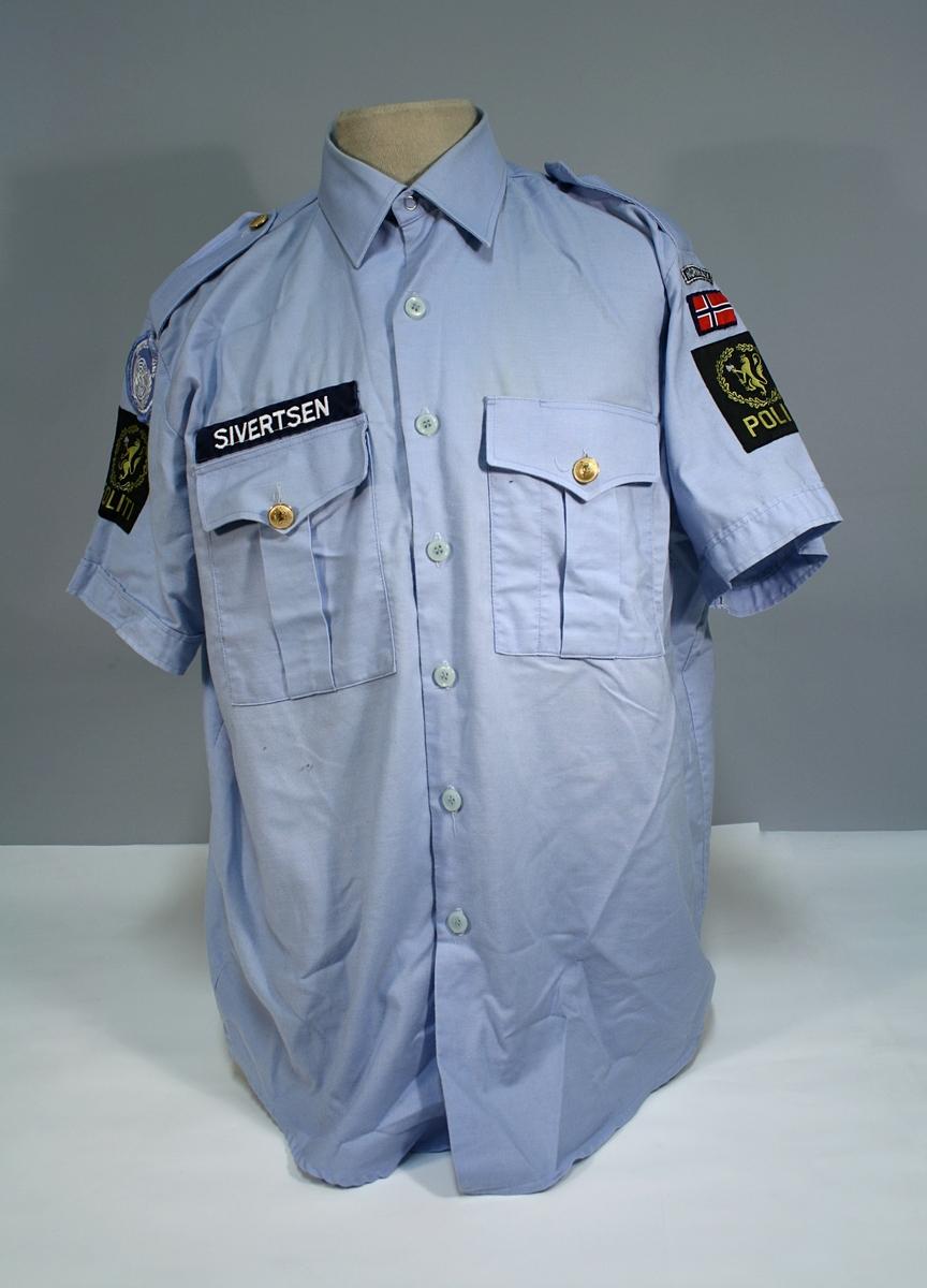 To skjorter (brukt), to skjorter (ubrukte), ett slips, en bukse.