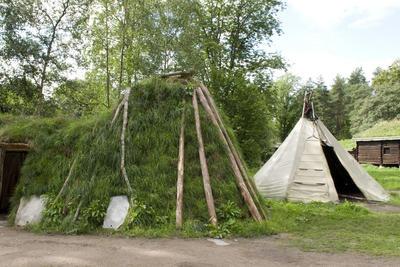 Sameplassen på Norsk Folkemuseum med gamme og telt