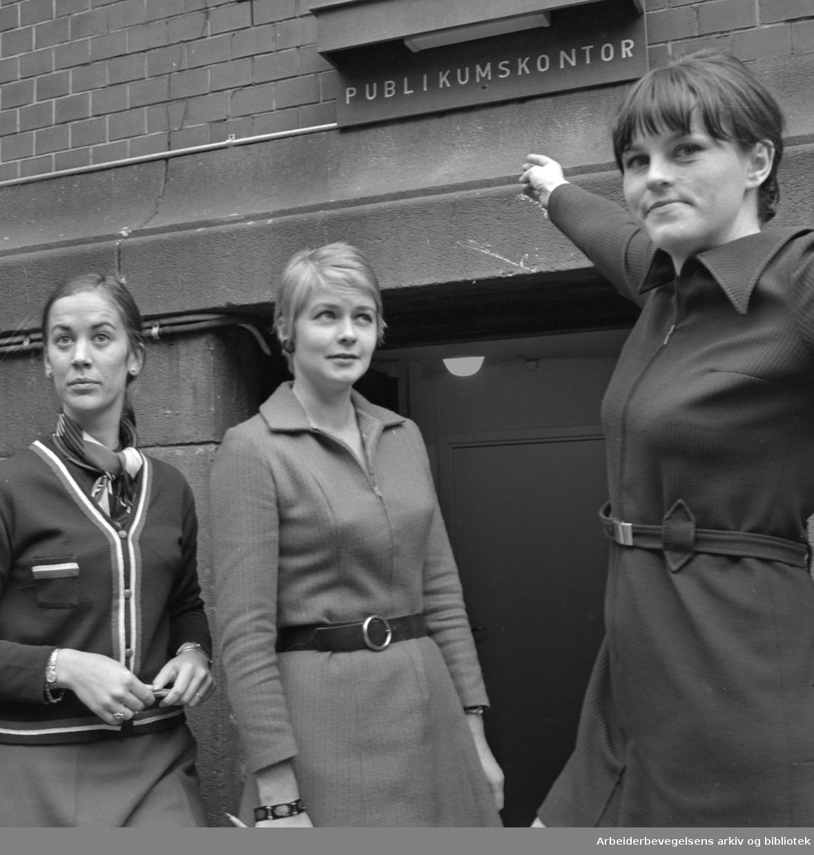 Nationaltheatrets publikumskontor..Margrethe Aaby, kontorets leder; Ragnhild Lian Dahl og Selva Kosiander..17 oktober 1969.