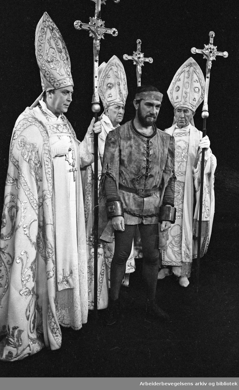 Nationaltheatret. Hovedscenen..NARREN OG HANS HERTUG av Stein Mehren. .Premiere: 16.01.1969..Espen Skjønberg i rollen som Hans van Nicklashausen..Gisle Straume til venstre.