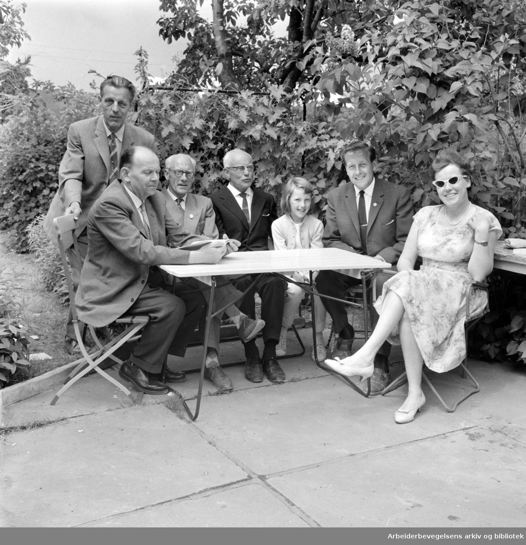 Hjemmets Kolonihage på Bjølsen. Bygartner Johan Kristiansen, Viggo Halvorsen, byplansjef Erik Rolfsen, lille Sølvi, Anker Braathen og Jenny Andersen. Juni 1963