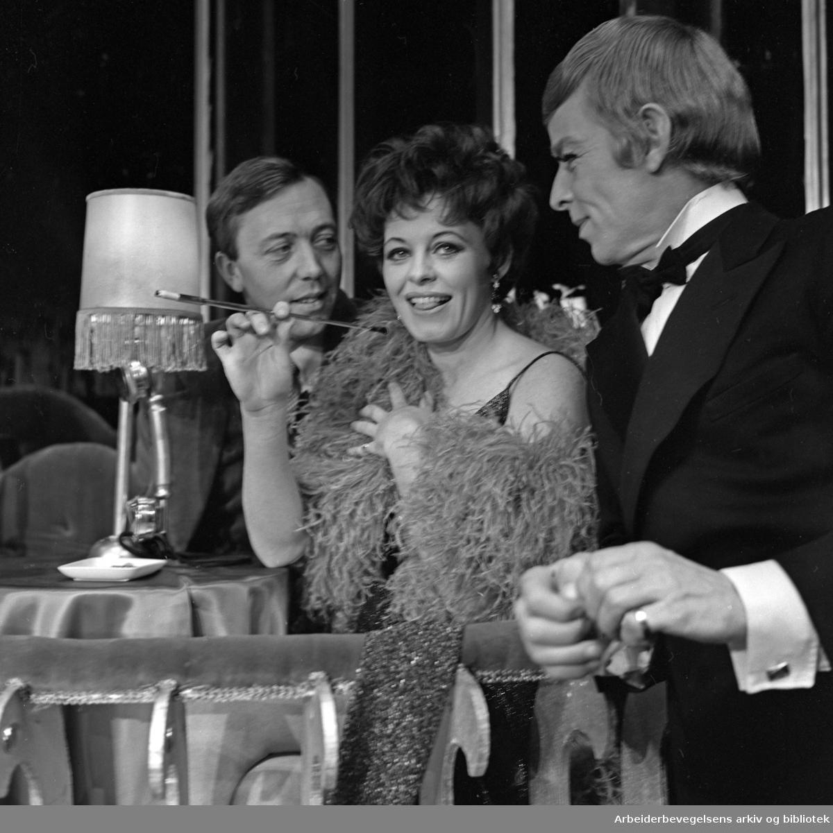 Oslo Nye Teater. .CABARET. Premiere 08.11.1968..Kari Simonsen i rollen som Sally Bowles, flankert av Per Theodor Haugen (tv) og en av danserne.