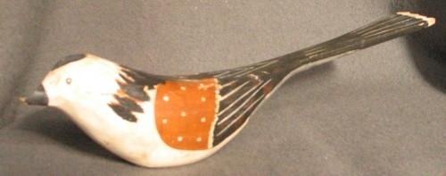 """Dekormålad fågel i trä. Vit och svart fågel med bruna vingar.Fågeln gjord av """"Pinkatorparn"""" Sven Dal.  Fåglarna målades av olika kvinnor på bygden."""