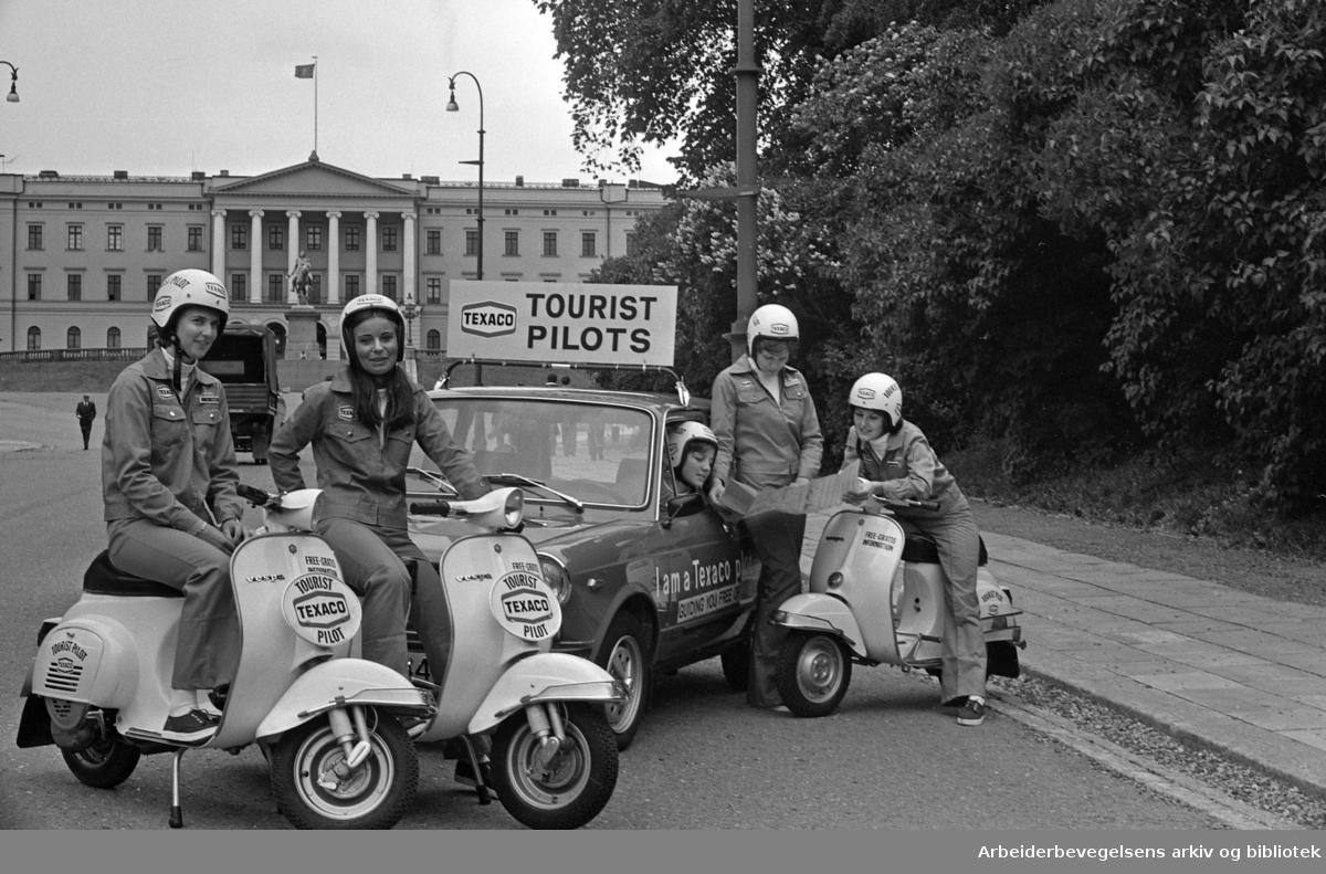 Texacos turistpiloter på Slottsbakken. .Scooter. Vespa..1976.