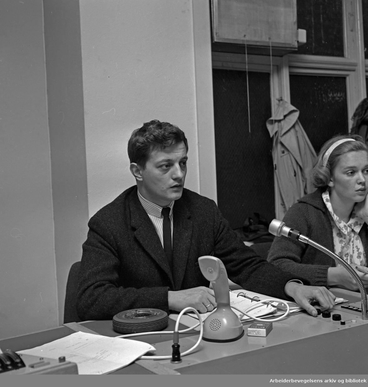 Johnny Bergh. 1934 - 2014..Tv-produsent, manusforfatter og regissør..I kontrollrommet på Centralteatret med Kari Neegaard (Diesen d. y.)..Udatert.