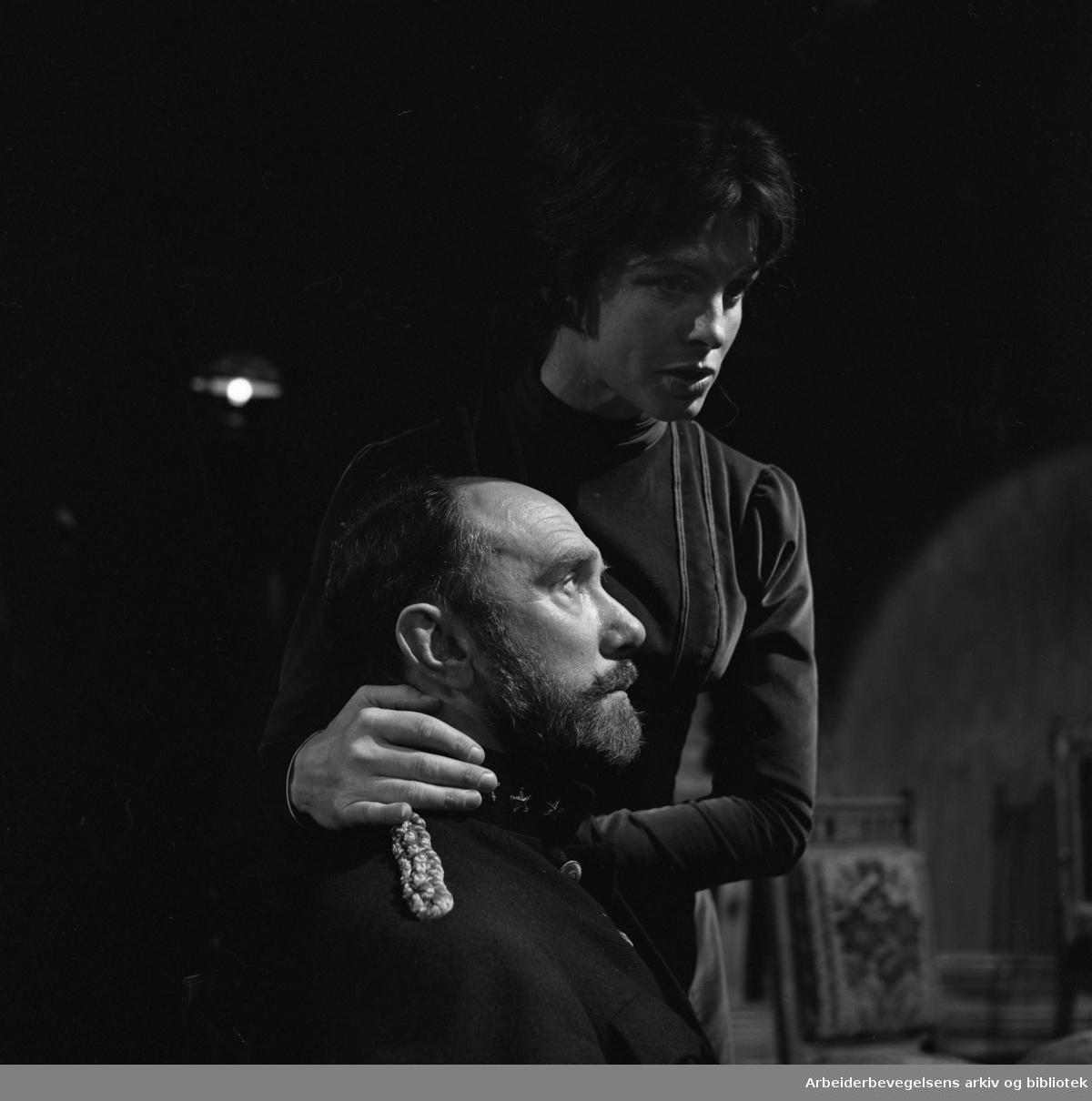 Nationaltheatret. Amfiscenen. .FADEREN av August Strindberg. Premiere: 14.09.1968..Espen Skjønberg som rittmesteren og Rut Tellefsen som Laura..Samarbeid med Fjernsynsteatret.