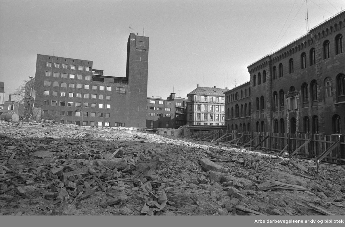 Hovedpolitistasjonen, Møllergata 19. Rivingen av fengselsfløyen ut mot Grubbegata i 1976..Oslo Hovedbrannstasjon i bakgrunnen.
