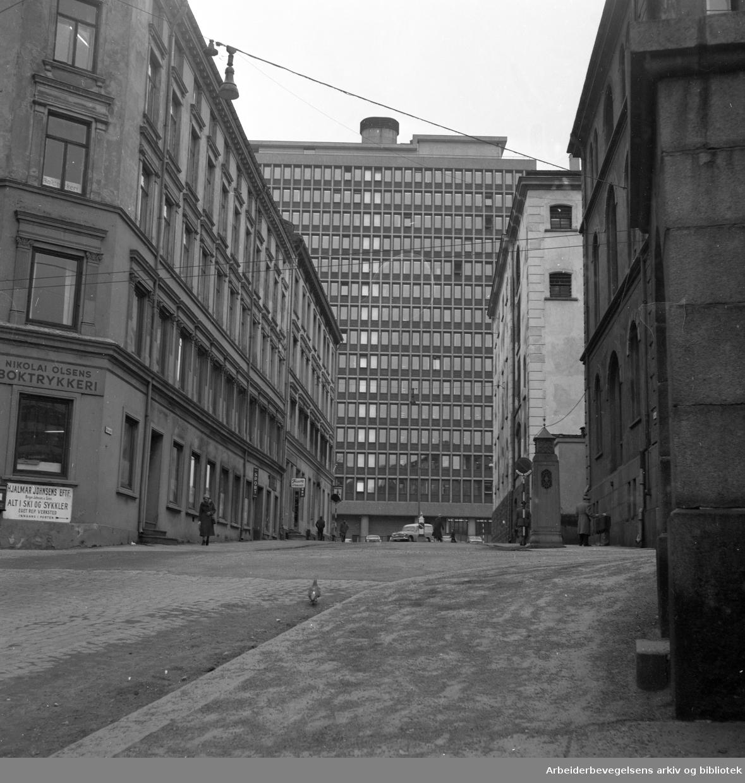 Regjeringsbygningen sett fra krysset Møllergaten og Eva Kolstads gate, 1999.
