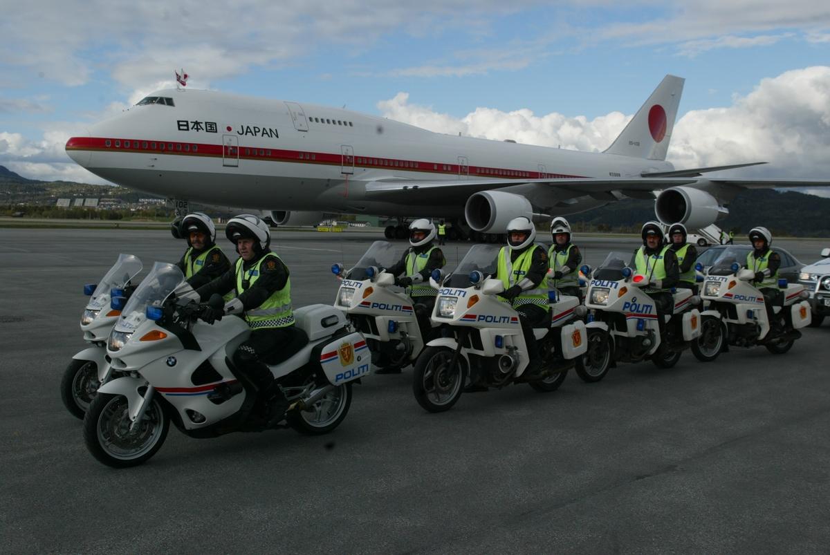 Keiseren av Japan besøker Trondheim 12-13. mai 2005. Hilses velkommen av politi og kronprinsesse Mette Marit, m.fl.