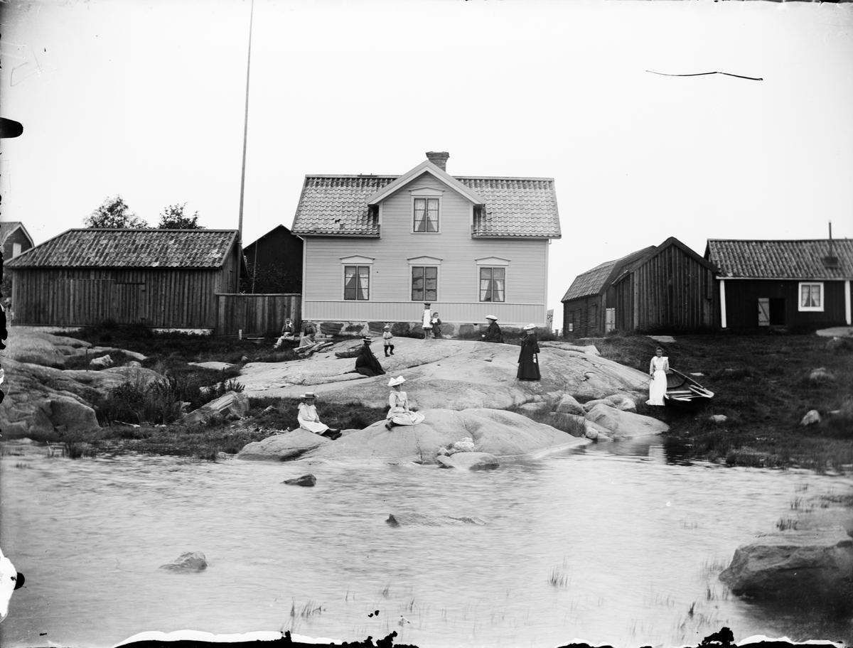 Kvinnor och barn framför bostadshus, Östhammar, Uppland