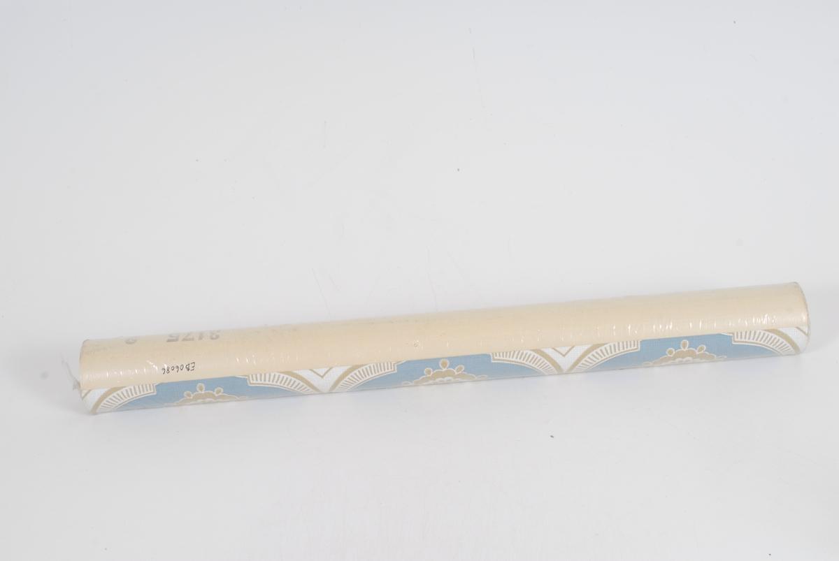 rosett med buer rundt. I gull og hvitt på blå bunn