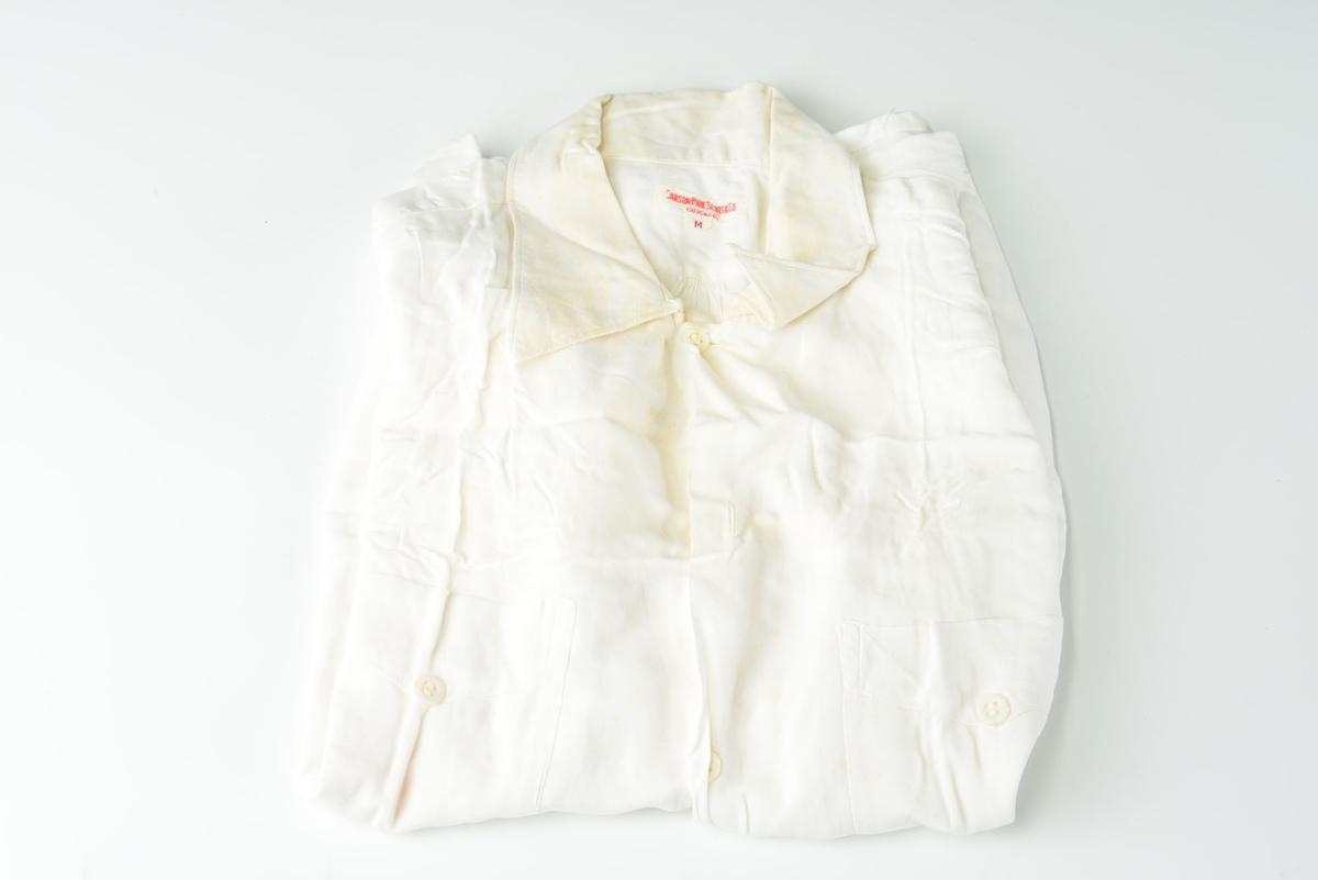 Kortermet skjorte med to lommer foran.