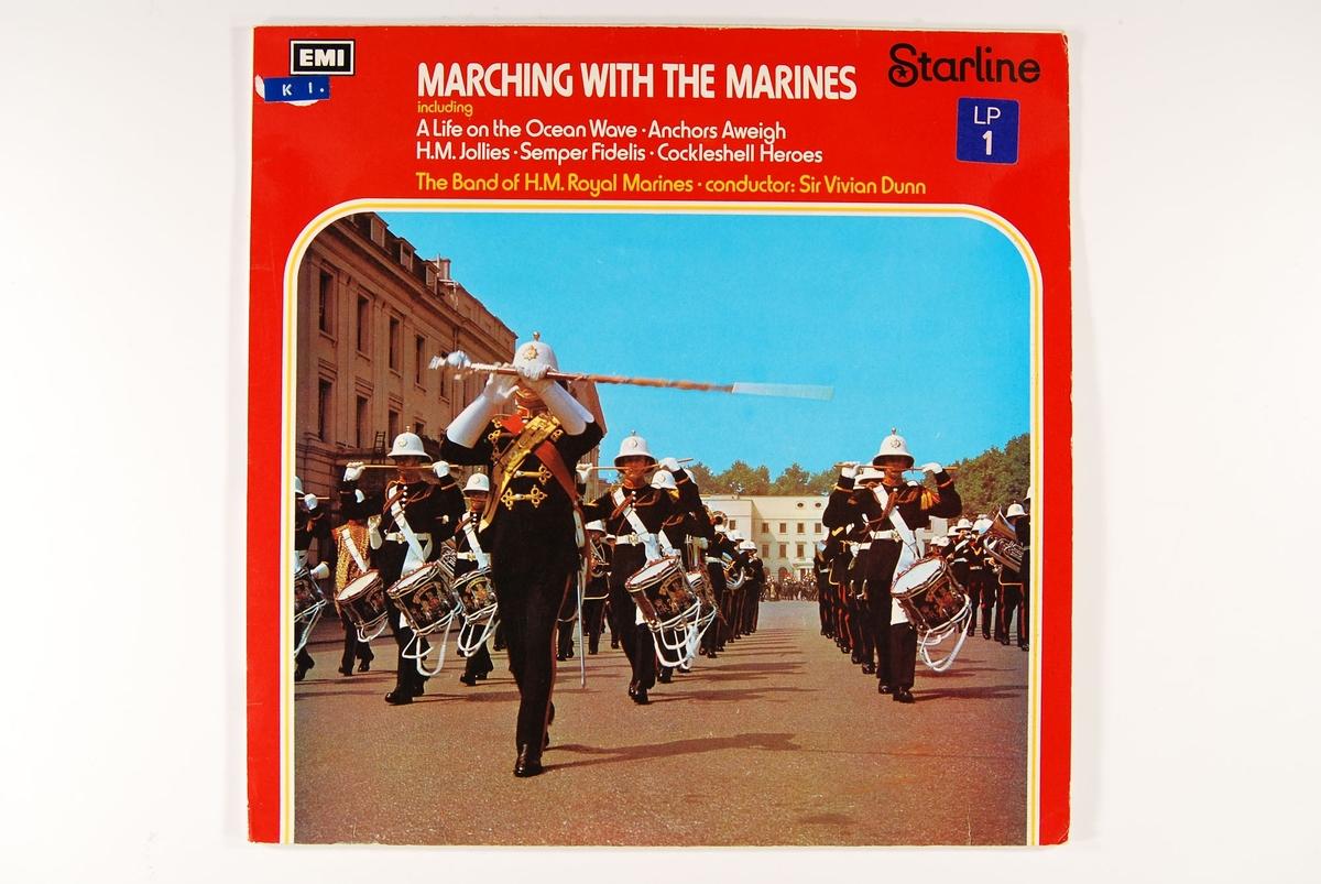 Bilde av uniformerte, marsjerende menn.