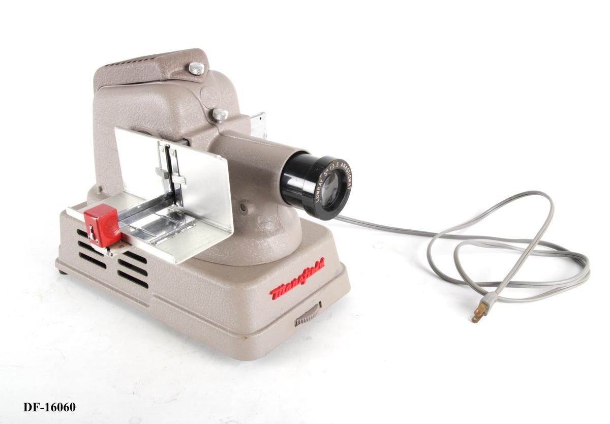 Lysbildeapparat med ledning og optisk linse.
