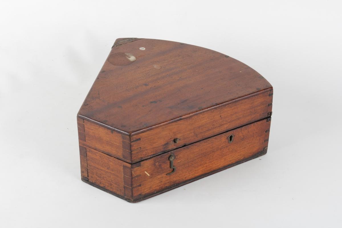Hengslet kasse med lås til sekstant. Innsiden er dekket av fløyel.