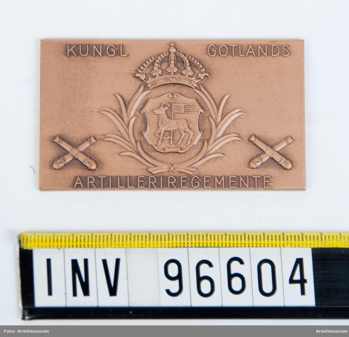 Plakett i brons för Gotlands artilleriregemente.