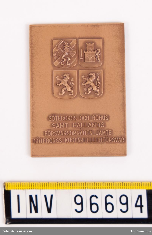 Plakett i brons för Göteborgs och Bohus samt Hallands försvarsområden jämte Göteborgs kustartilleriförsvar.