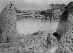 Cabaña [La Cabaña]. Mercys bror i ett hörn, som förstördes v