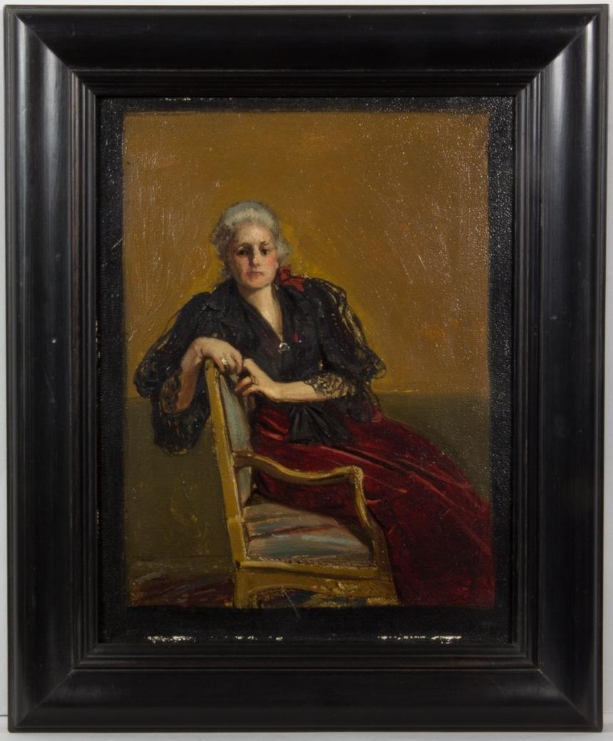 Porträttskiss föreställande Wilhelmina von Hallwyl. Helfigur, sittande i en gulmålad karmstol vänd mot betraktaren. Hon är klädd i vinröd klänning med svart överdel, delvis av spets. Vitt bakåtstruket hår. Hon håller händerna framför sig, lätt hophållna, den ena handen vilar på stolsryggen.