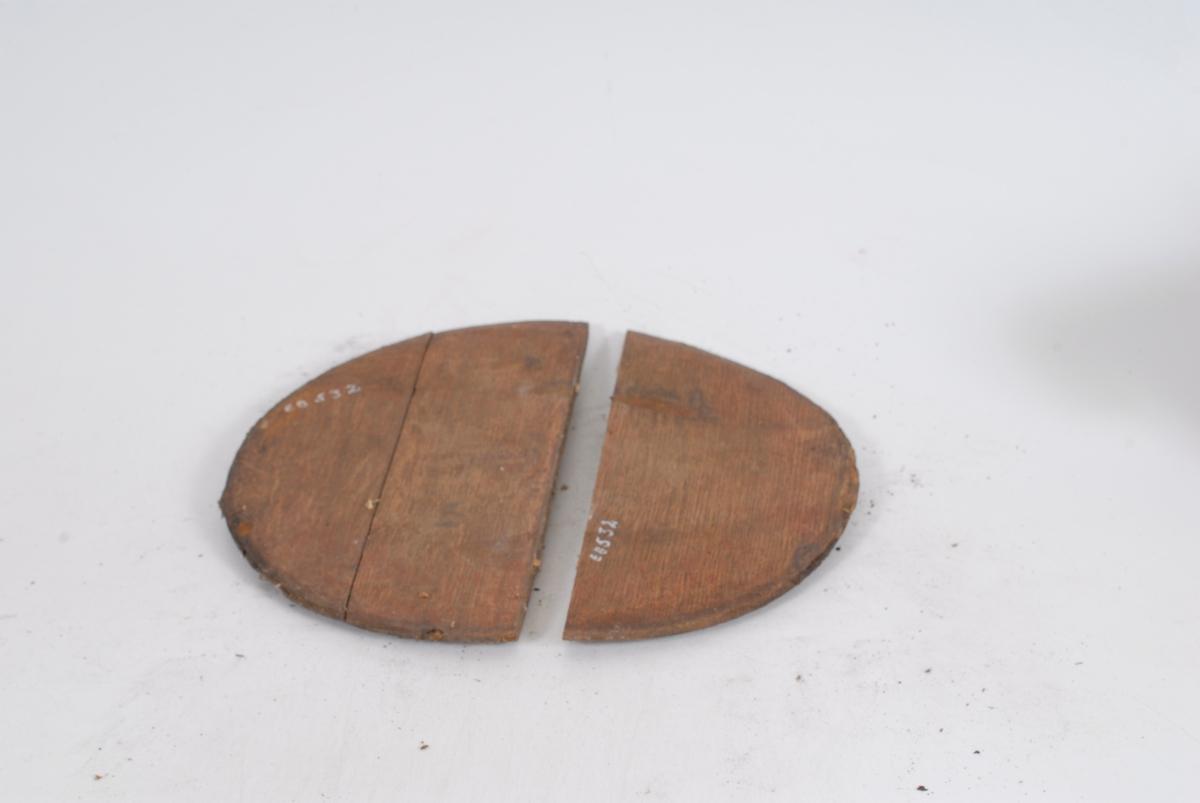 Form: Sirkulær bunn i tre stykker. Fjorten staver som skrår innover - Øvre diameter er mindre enn bunnens.