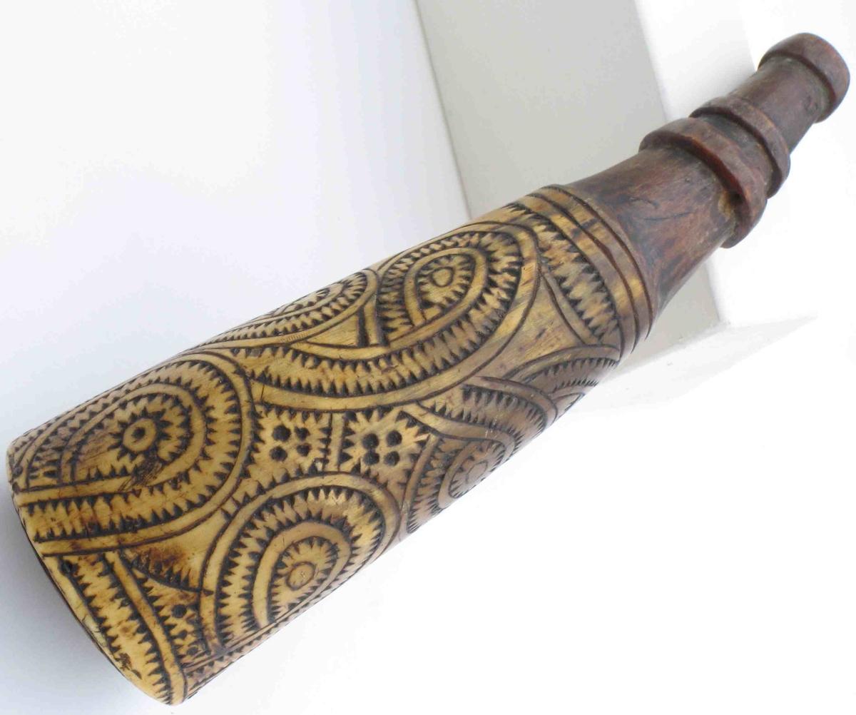 Dekorert m. stiliserte drageslyng, utskåret  så de dekker hele overflaten