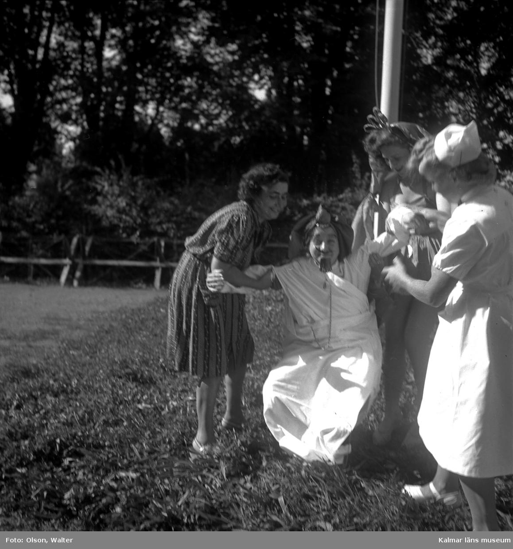 När de vita bussarna avslutat sina transporter tog de vita fartygen vid. Dessa förde svårt sjuka koncentrationslägerfångar till beredskapssjukhus i Sverige. Till Kalmar kom fartyget Prins Carl sommaren 1945 tre gånger med fångar från ett brittiskt mellanläger i Lübeck. De f d fångarna, de flesta polska judar, inhystes på Söderportskolan. De som bedömdes ha tyfus eller TBC inkvarterades på Epidemisjukhuset på Lindö. Då det var de allra svårast sjuka som kom till Kalmar - en kvinna vägde vid ankomsten, två månader efter krigsslutet, endast 28 kg - avled flera. Två var döda vid ankomsten till Kalmar, ytterliggare ett femtontal avled under vistelsen här. Dessa ligger begravda i en gemensam grav på mosaiska begravningsplatsen i Kalmar. De flesta som överlevde sjukhusvistelsen lämnade Sverige under år 1946. några for till USA, några återvände hem.
