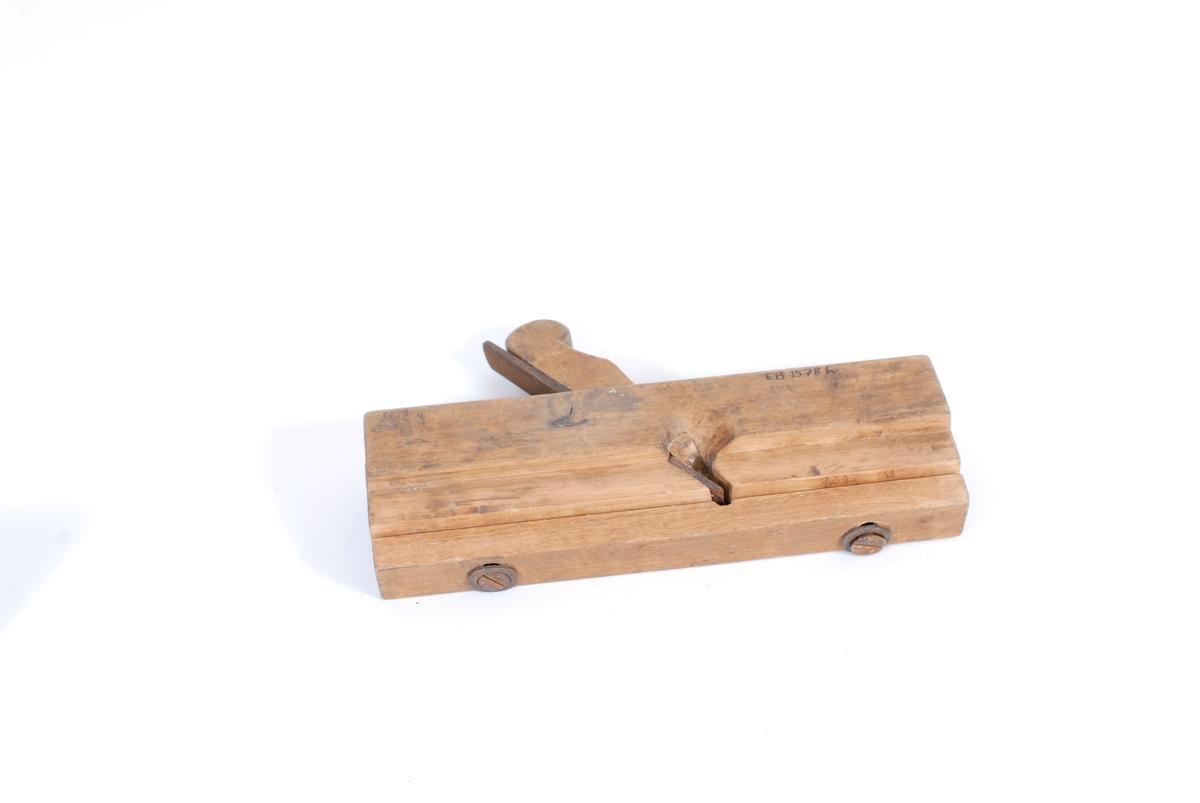 Teknikk: Et stykke som er festet til hovedstykket m/2 skruer, en regulerbar styrekant, bevir- ker at tykkelsen på høveltannen kan endres. Form: Kroppens form er firkantet.