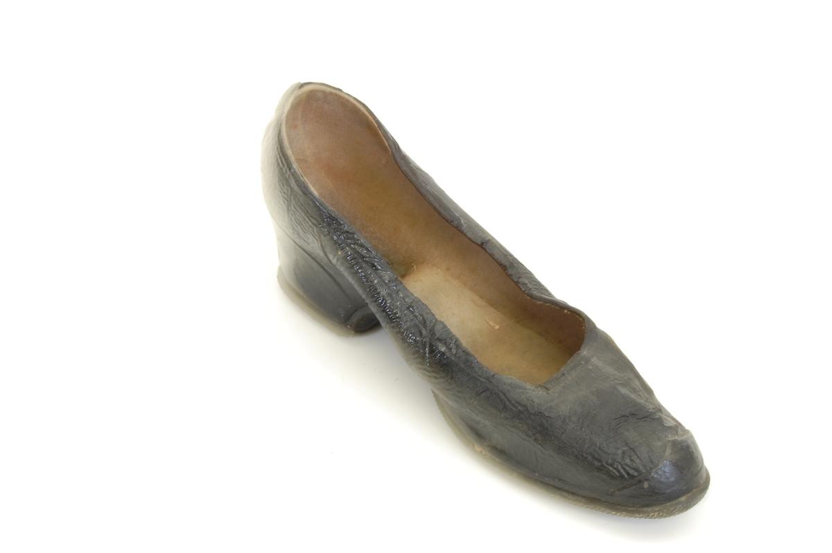 Form: som sko med lave brede hæler,