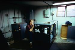 Alf Magnusson från Atlas Copco arbetar med en kompressor på