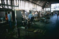 Glasblåsning vid Orrefors Glasbruk. En benmakare ska dra ut