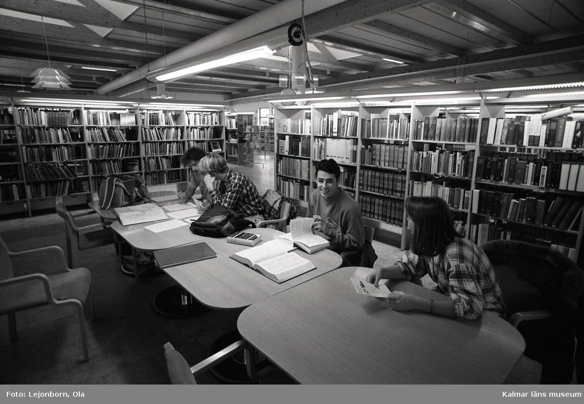 GÖK-projektet i Kalmar.  GÖK, som projektet kom att kallas, står för de tre deltagande kommunernas begynnelsebokstäver: Göteborg, Örnsköldsvik och Kalmar. Projektet startade 1993 respektive 1994 och finansierades av Statens Kulturråd. De tre biblioteken fick tillsammans 2,5 miljoner kronor. Enligt överenskommelse skulle den lokala kommunala budgeten bidra med minst lika mycket. Förebilden för GÖK-projektet var det tredelade biblioteket i staden Gütersloh i Tyskland, dit Statens Kulturråd 1990 bekostade en studieresa. Det tredelade biblioteket innebär att biblioteket delas in i tre zoner med olika innehåll och syfte. Först en mer lättillgänglig zon, sedan en zon med mer traditionell uppställning och slutligen ett magasin. Närzonen ska i synnerhet locka de ovana och förvirrade låntagarna in i biblioteket. Där ska låntagarna finna det nya, efterfrågade och attraktiva beståndet. Böckerna exponeras med framsidan mot besökaren. Bokomslagen lockar fler till läsning  än anonyma bokryggar, menar man. Medierna skyltas upp i ämnesgrupper. Allt ska vara överblickbart och lätt att hitta. Längre in finns en zon med mer traditionell uppställning, dock har man fört samman närbesläktade ämnen. Det är mediets ämne som är det väsentliga, ej dess form. Här placeras böckerna när de inte längre har så hög utlåningsfrekvens. Den tredje zonen är magasinet där böckerna placeras tätt. Där placerar man medier som inte har så hög utlåningsfrekvens.  (uppgifterna är hämtade från KANDIDATUPPSATS I BIBLIOTEKS- OCH INFORMATIONSVETENSKAP VID BIBLIOTEKSHÖGSKOLAN/BIBLIOTEKS- OCH INFORMATIONSVETENSKAP 2002:3)