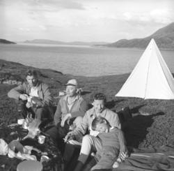 Eino Drannem (til venstre på bildet) og familien Sørensen på
