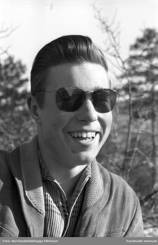 Enkät i Dagbladet om människors semesterplaner. 1: Viktor Hesselbaum, byggnadsarbetare. 2: Hugo Allgren, Byggnadsarbetare. 3: Leif Gladh, posttjänsteman, med hustrun Elsy och sonen Göran. 4: Lars-Eric Hjulström, postverket. 5: Erik Axel Lundberg, bensinstationsföreståndare. 6: Johan Olof Törnlund, taxichaufför. 7: Aina Malm och hennes dotter Harriet samt ett barn. Okänd identitet på övriga personer.