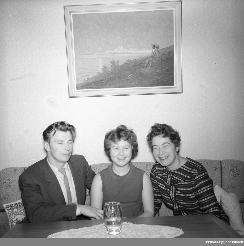 Familien Drannem fotografert i leiligheta i Hammerfest. Fra venstre, Eino, Turid og Jenny.