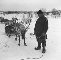 Emil Alfred Kaarret står foran flere kjørerein. Emil Alfred