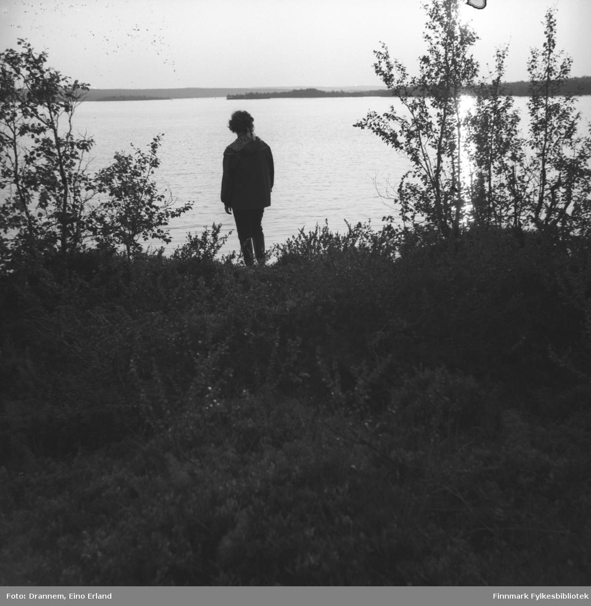 Turid Karikoski ved bredden av en innsjø. Stedet er ukjent.