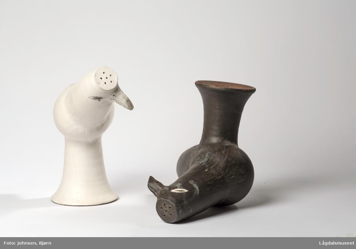 Skulpturen viser en hvit fugl.