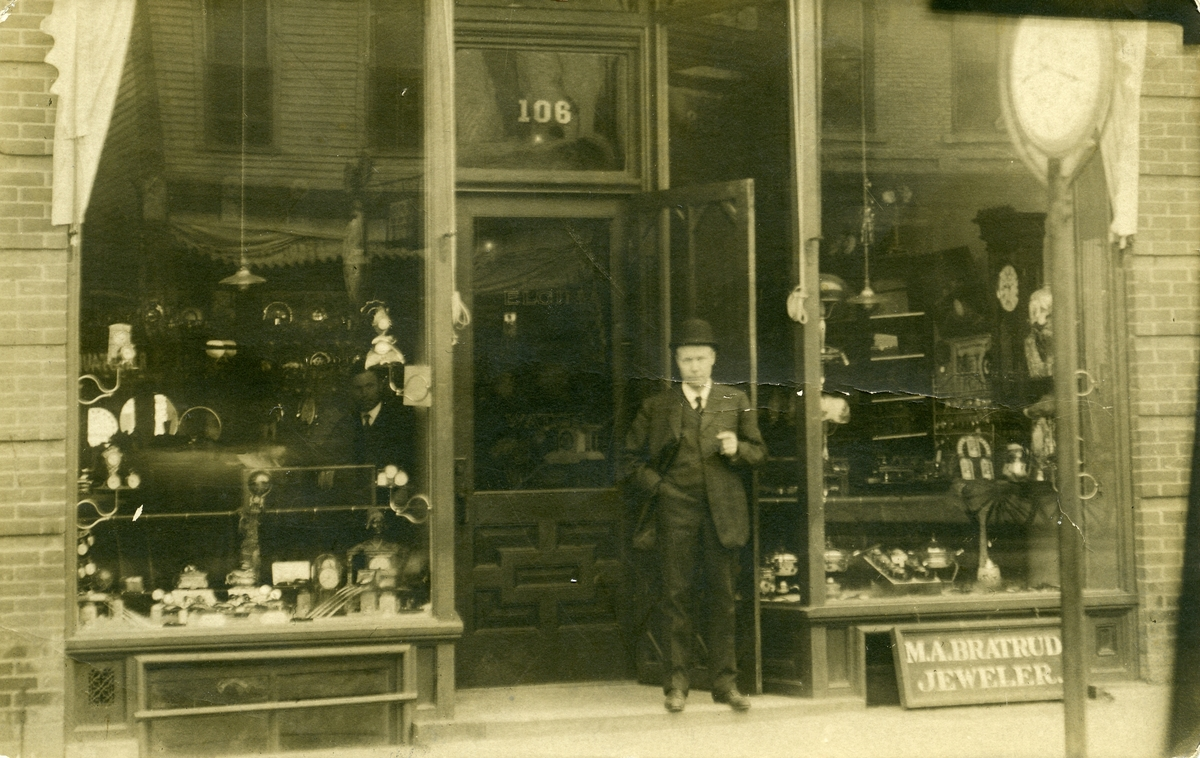 Postkort sendt av M. G. Bratrud fra Crookston 12. oktober 1908 til Ole Islandsmoen, Bagn . Bildet viser forretningen til M. A. Bratrud.