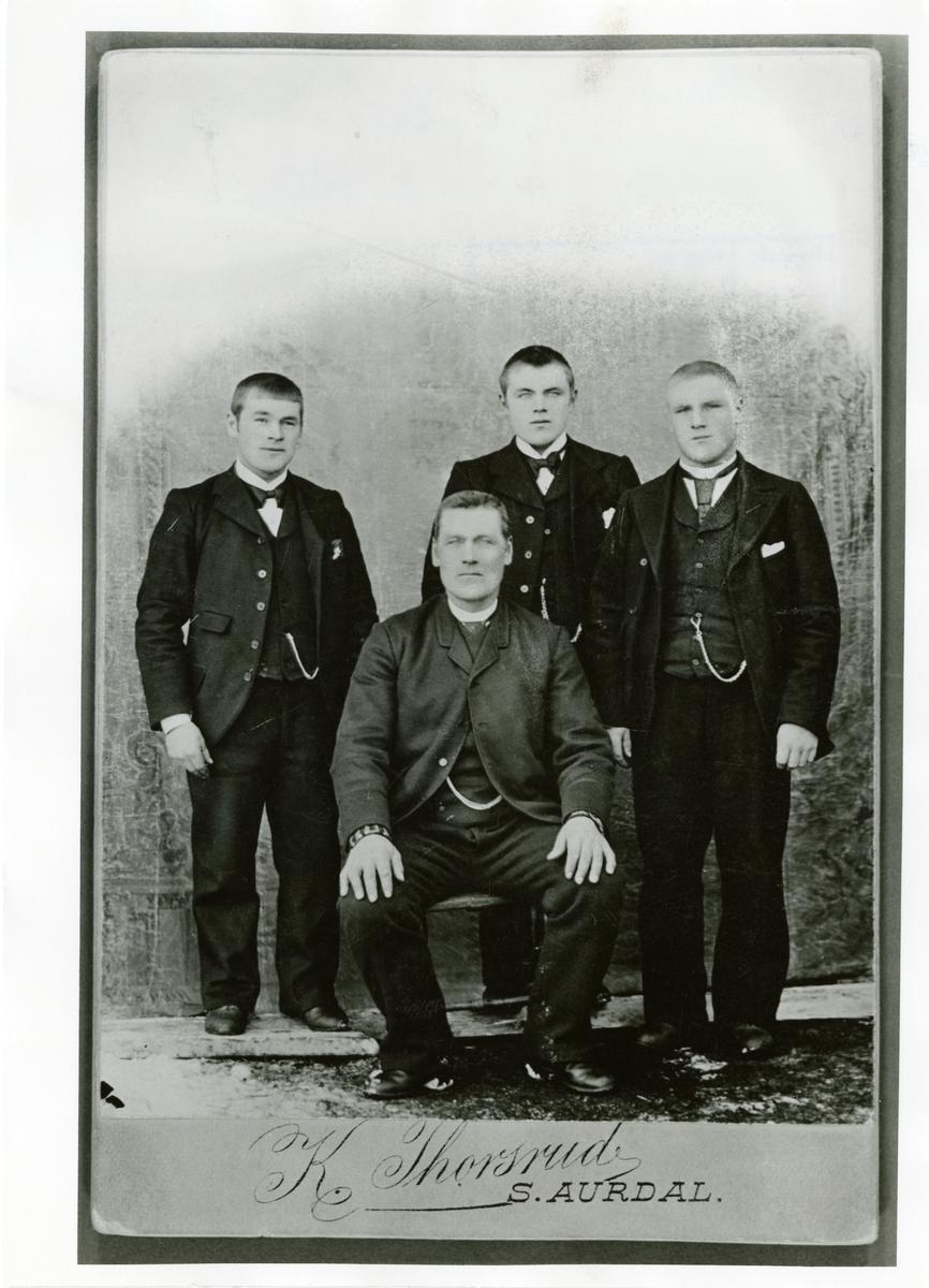 Familieportrett av Harald Brattrud med sønnene. Bildet er tatt i forbindelse med en Amerikareise.