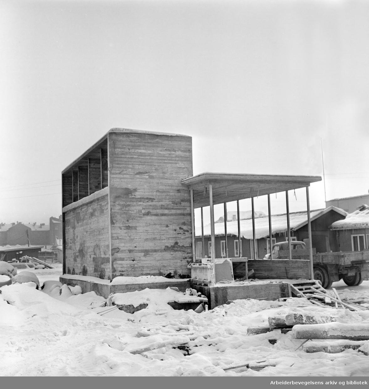 En av tre nedganger til Grønland T-banestasjon ved Grønlands Torg, januar 1963.