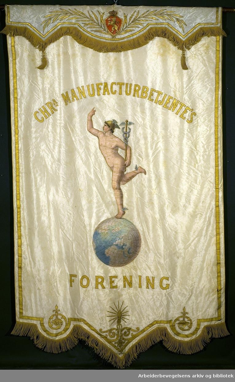 Christiania manufakturbetjentes forening.Stiftet 27. september 1893..Forside..Fanetekst: Chr'a manufacturbetjente's forening..