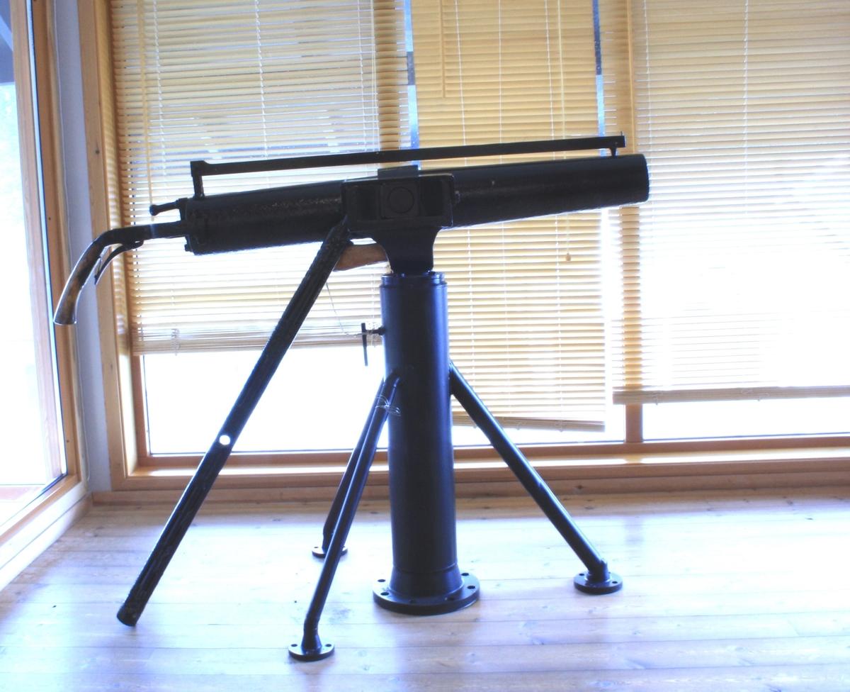 Form: Sylinderforma løp, står på stativ. Laus avlang og spiss harpun.