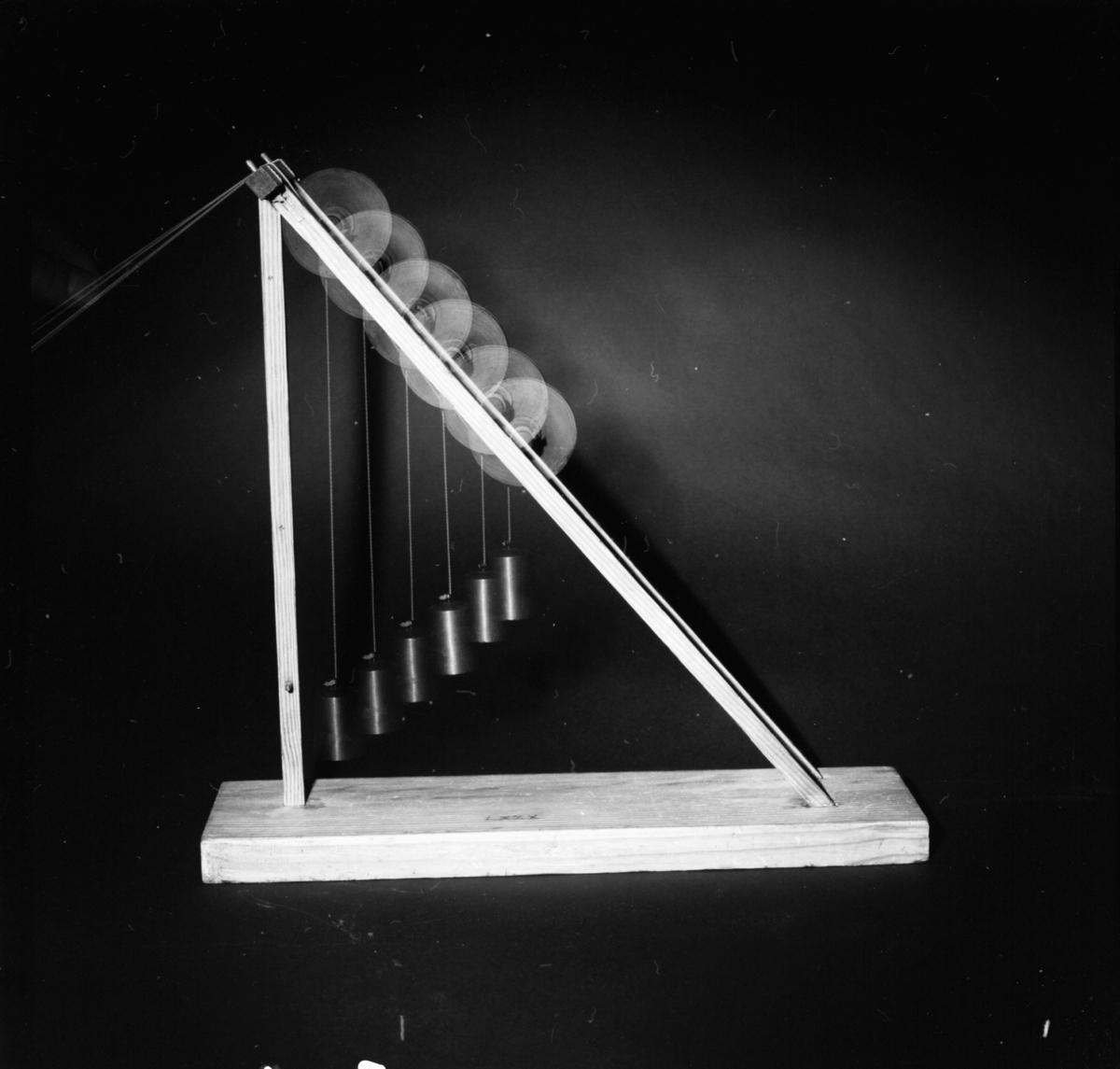 Modell ur Polhems mekaniska alfabet. Text på föremålet: LXXX. Exempel på hur man med hjälp av en vikt kan förstärka en lyftkraft.