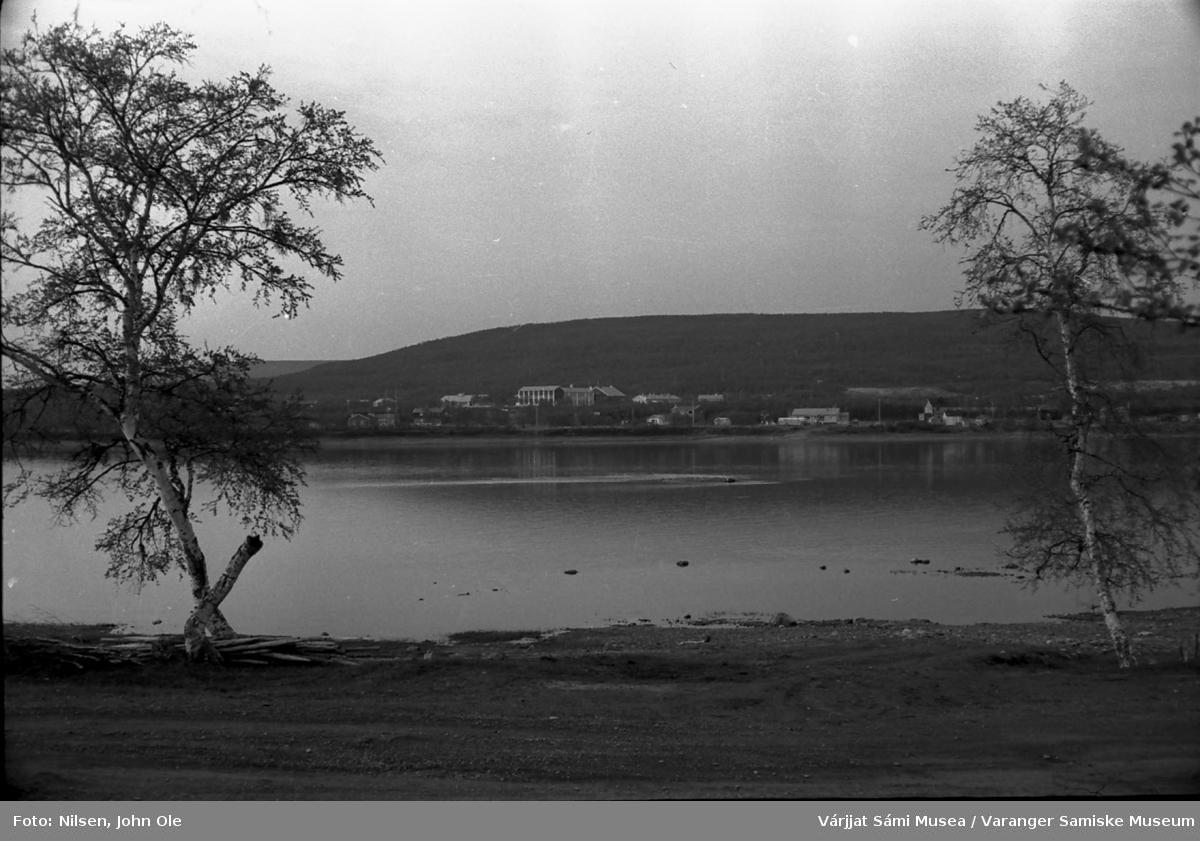 Tanaelva med blant annet Seida skole og internat på motsatt side, 1967.