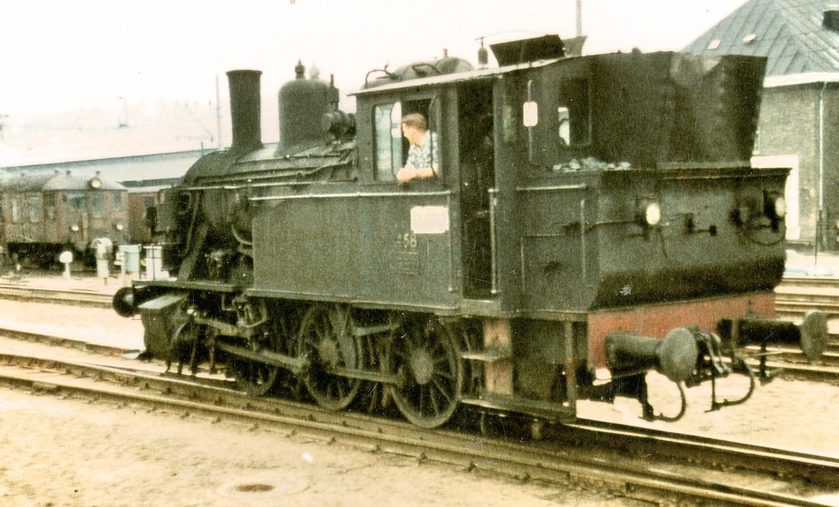Damplokomotiv 23b 458 i skiftetjeneste på Oslo Østbanestasjon.