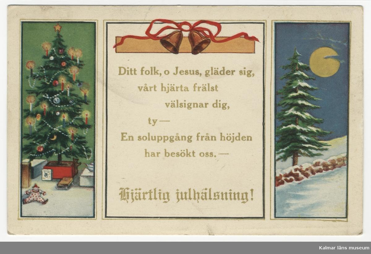 Vit kant, tre rektangulära rutor, den mittersta bredast. Till vänster en klädd julgran med tända ljus, i mitten en religiös vers och till höger en julgran i snö, fullmåne på himlen.