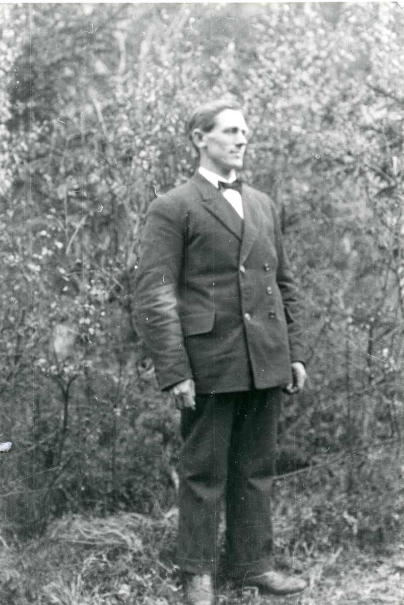 Portrett av Ingvar Kløverud fra Bagn. Han er i 30-åra da bildet ble tatt.